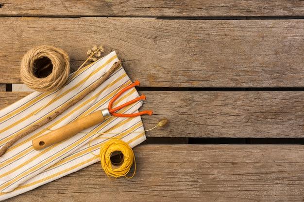 Садовые инструменты на деревянный стол с копией пространства Бесплатные Фотографии
