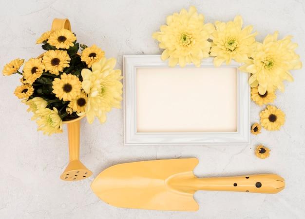 ガーデニングの黄色のツールとコピースペースフレームと花 無料写真