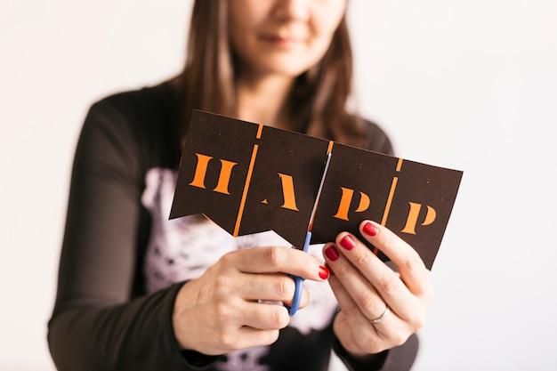 若い女性はハロウィーンgarland.creative diyを作ります。家の装飾プロジェクトパーティー。ハロウィーンクラフトのインスピレーション。 Premium写真
