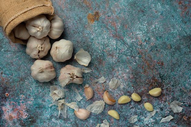 Pasta d'aglio sul nero Foto Gratuite