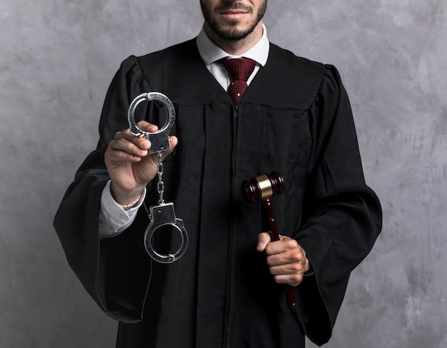 手錠と小gaveを持つクローズアップ裁判官 無料写真