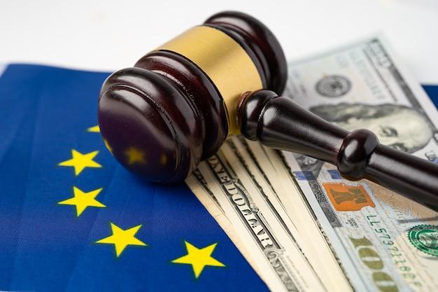 裁判官の弁護士のためのガベルとeu旗の米ドル紙幣。 Premium写真
