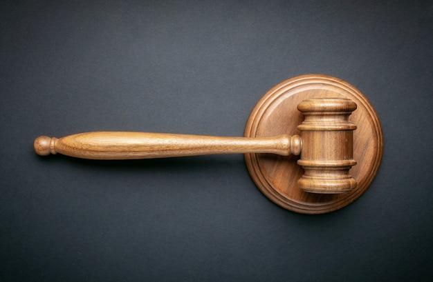 Судья молотком на черном фоне. концепция закона и порядка Premium Фотографии