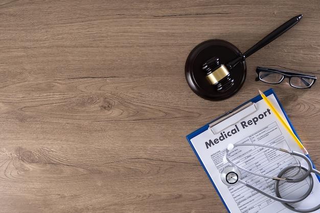 Молоток, медицинское заключение и очки Premium Фотографии