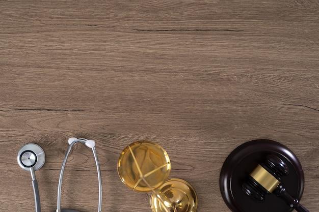 Молоток, весы и стетоскоп Premium Фотографии