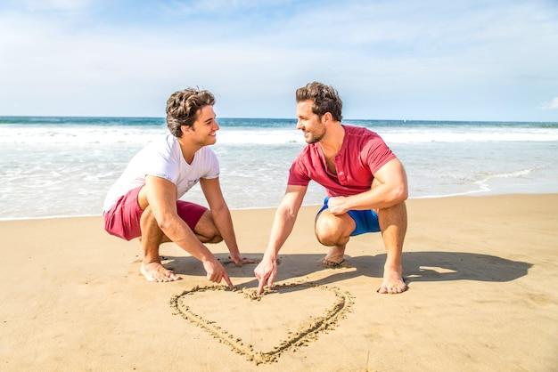 ビーチでの同性愛者のカップル Premium写真