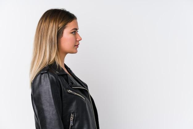Молодая кавказская женщина нося черную кожаную куртку gazing налево, косое представление. Premium Фотографии