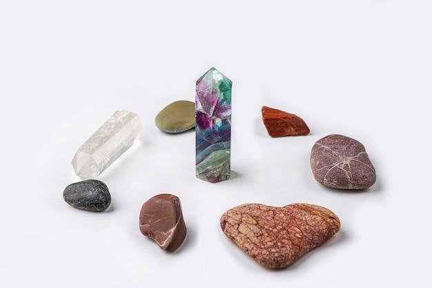 Драгоценные камни флюорит, кварц и различные камни. волшебный камень для мистического ритуала, колдовства и духовной практики. натуральные камни для спа-терапии Premium Фотографии