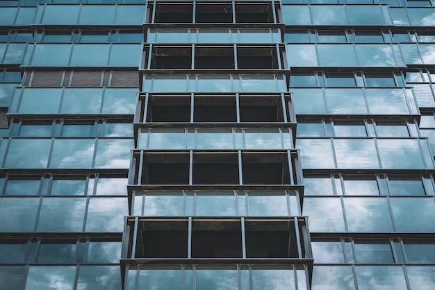 사무실 건물의 기하학적 유리 외관 프리미엄 사진