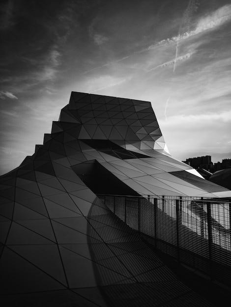 白と黒の幾何学的なモダンな建物 無料写真
