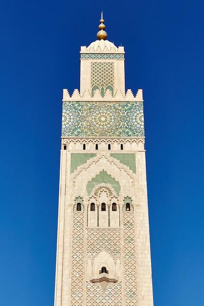 Геометрическая мусульманская мозаика в исламской мечети, красивая арабская плитка и мозаика на стене и дверях мечети в городе касабланка, марокко Premium Фотографии