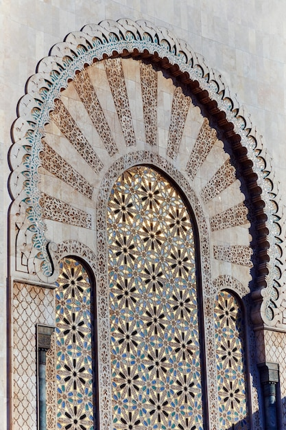 Геометрическая мусульманская мозаика в исламской мечети, красивый арабский узор плитки и мозаика на стене и дверях мечети в городе касабланка, марокко Premium Фотографии