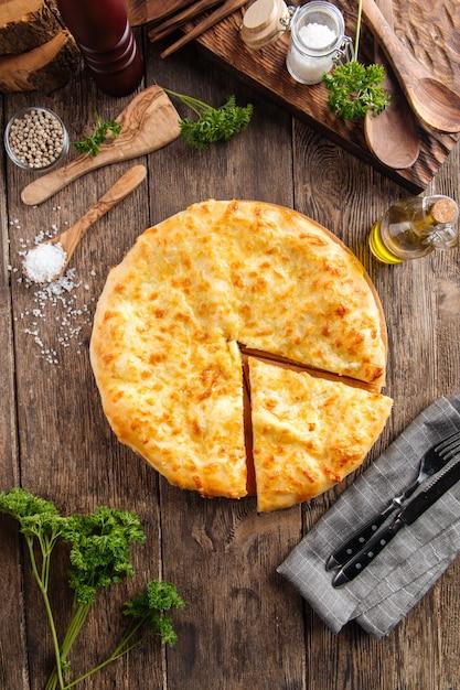 グルジア料理はメグレリアンkhachapuriパンをスライス Premium写真