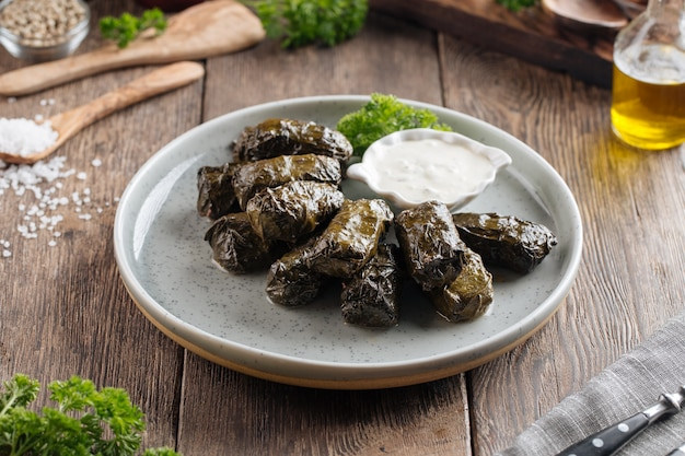 Грузинское фаршированное блюдо из виноградных листьев долма Premium Фотографии