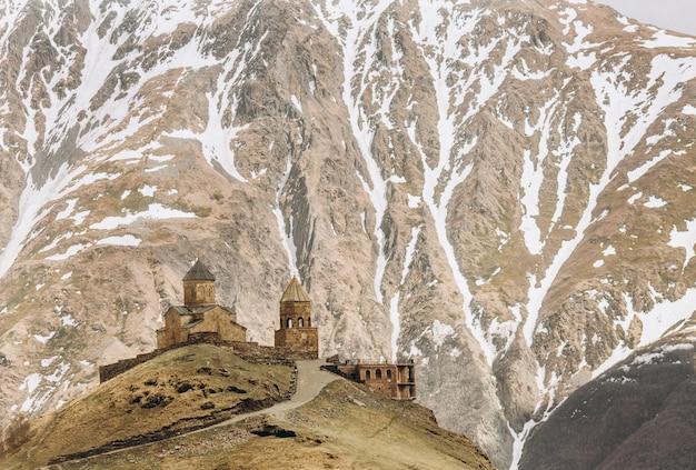 カゼベック山のふもとにあるgergeti寺院 無料写真