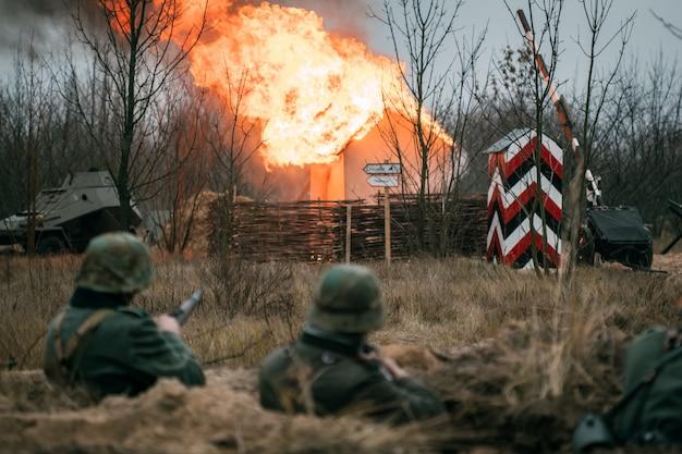 Немецкие солдаты в окопе во время боя Premium Фотографии