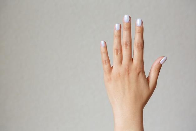 Жест и знак, женская рука показывает стоп на свету. пустое место для текста Premium Фотографии