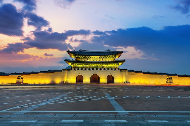 경복궁과 서울, 한국에서 석양 빛 자동차. 무료 사진