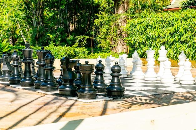 屋外の遊び場で巨大なチェス Premium写真