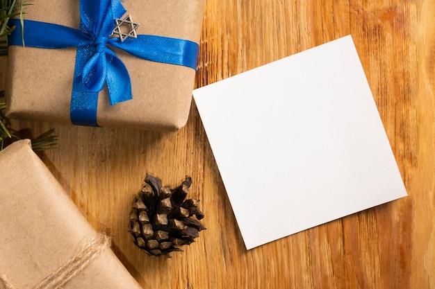 Подарок и карта традиционная еврейская концепция хануки Premium Фотографии