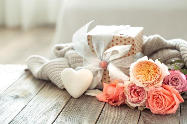 バレンタインデーや女性の日のギフトボックスと新鮮なバラ。休日のコンセプト。 無料写真