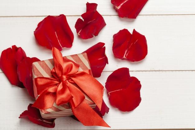 ギフトボックスとバラの花びら Premium写真