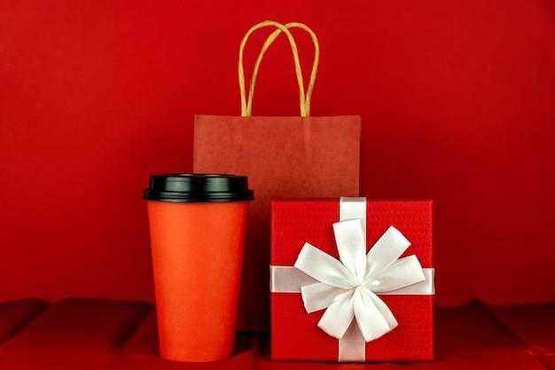 빨간 방에 선물 상자, 종이 공예 가방 및 커피 컵 프리미엄 사진