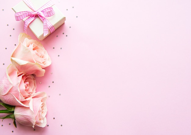 Gift box and pink roses Premium Photo