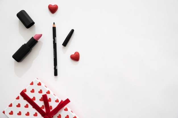 Gift box with hearts, lipstick and eyeliner Free Photo