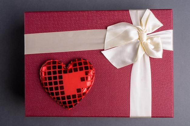 회색에 붉은 마음으로 선물 상자 프리미엄 사진