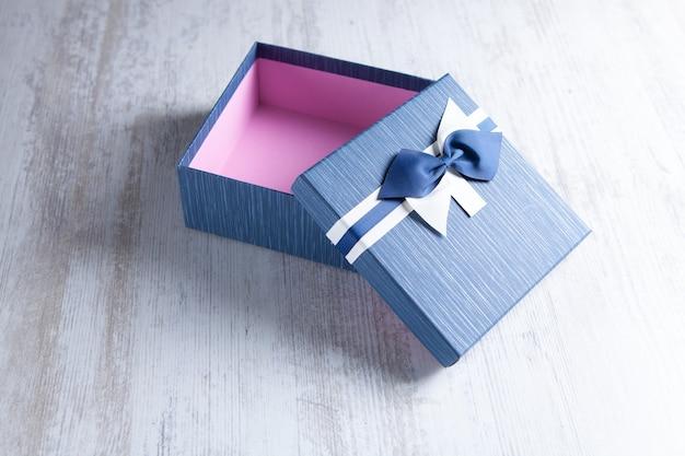 クラフト紙と弓で包まれたギフトボックス Premium写真