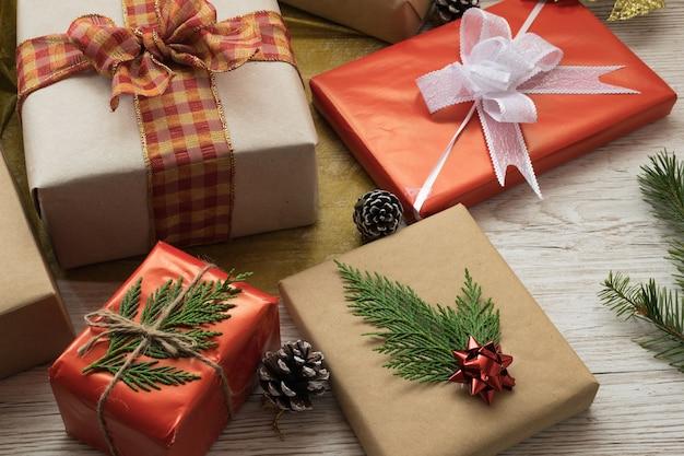 Подарочные коробки, перевязанные лентой и бантами Бесплатные Фотографии
