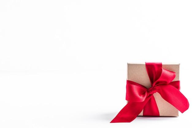 Подарочные коробки с красной лентой и бантом на белом Бесплатные Фотографии