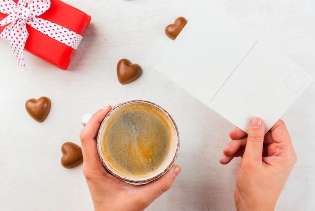 Подарок, кофе и сладости ко дню святого валентина Premium Фотографии