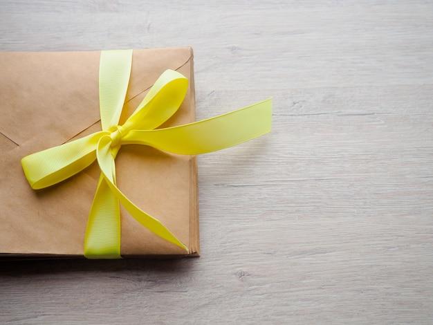 Gift envelope on the wooden floor, homemade gift envelope Premium Photo