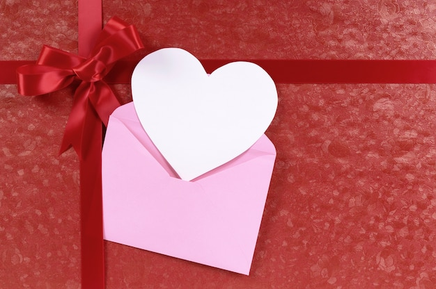 Gift for valentine with a pink card Free Photo
