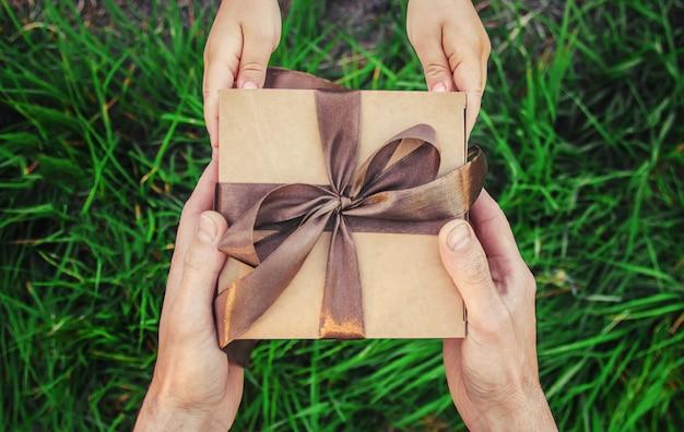子供の手の中に贈り物を。父の日おめでとうございます。 Premium写真