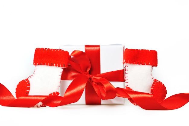 Подарок с красными ленточками и сапогами деда мороза Premium Фотографии