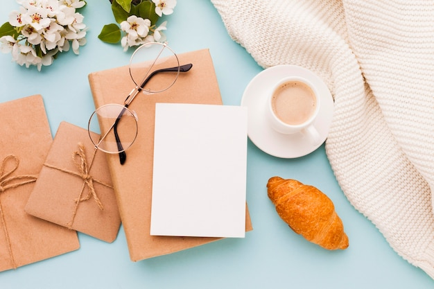 Gifts and greeting card for morning surprise Free Photo