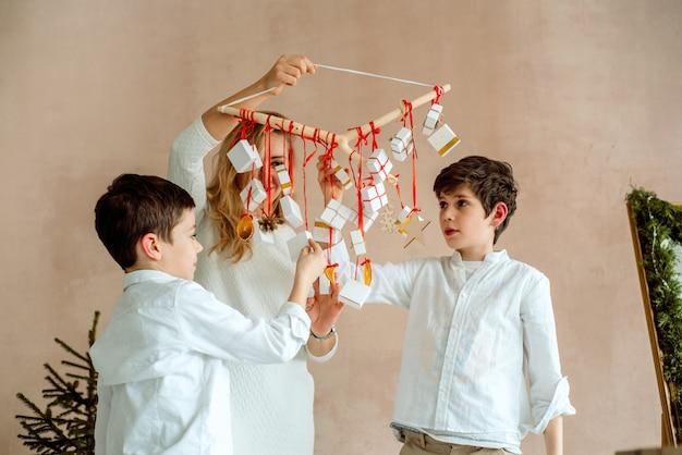 子供のための贈り物の驚き。 2人の感情的な男の子 Premium写真