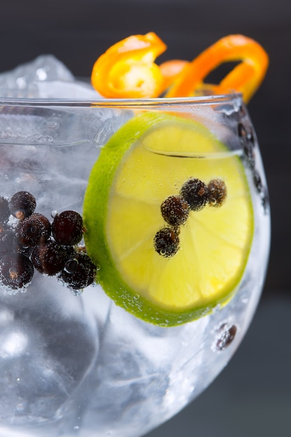 Gin tonic cocktail macro closeup with juniper berries Premium Photo