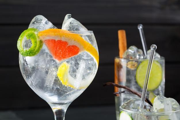 Gin tonic varied cocktails with lima lemon and grapefruit Premium Photo