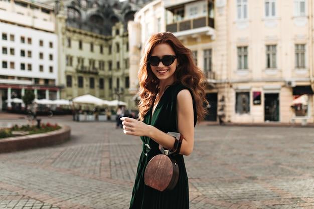 밖에 서 웃 고 세련 된 선글라스에 생강 여자 무료 사진