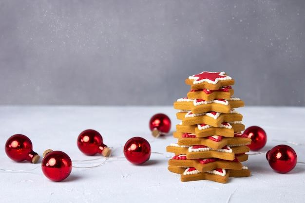 Рождественская елка пряников с гирляндой шариков. Premium Фотографии