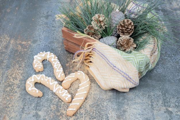 진저 쿠키와 대리석 표면에 크리스마스 장식 바구니. 고품질 사진 무료 사진
