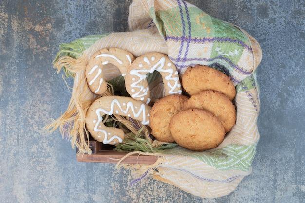 木製のバスケットにジンジャーブレッドクッキーとビスケット。高品質の写真 無料写真