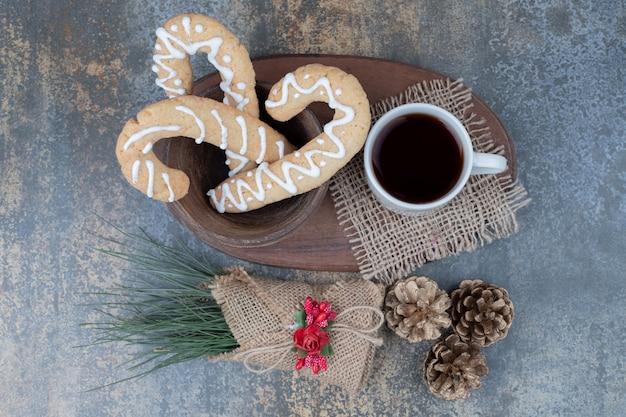 진저 쿠키와 대리석 테이블에 Pinecones와 차 한잔. 고품질 사진 무료 사진
