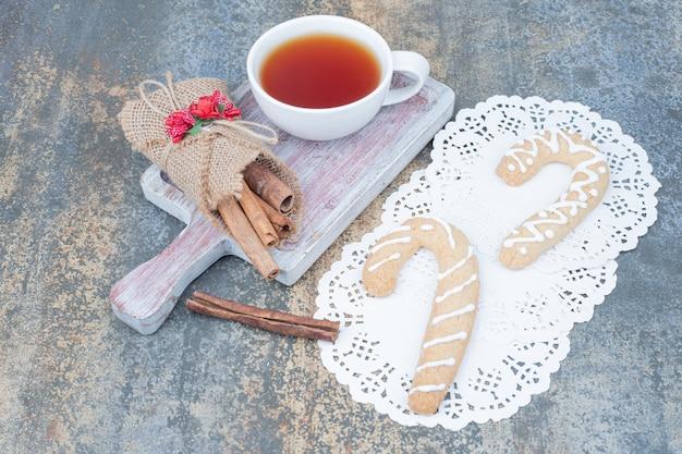 진저 쿠키, 계피 및 대리석 테이블에 차 한잔. 고품질 사진 무료 사진