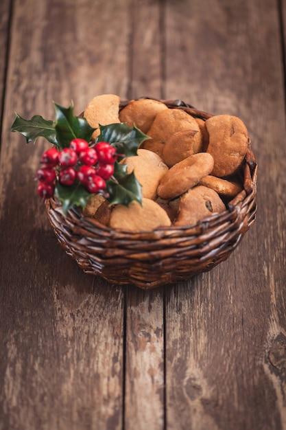 Gingerbread cookies in un grazioso cesto Foto Gratuite