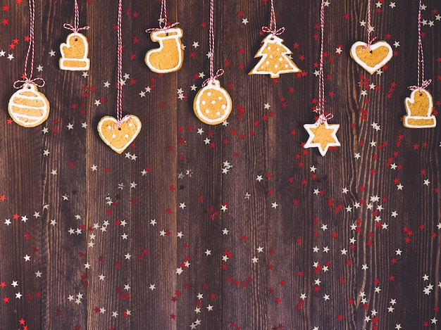 クリスマスツリーの装飾のためのロープにジンジャーブレッドクッキー 無料写真